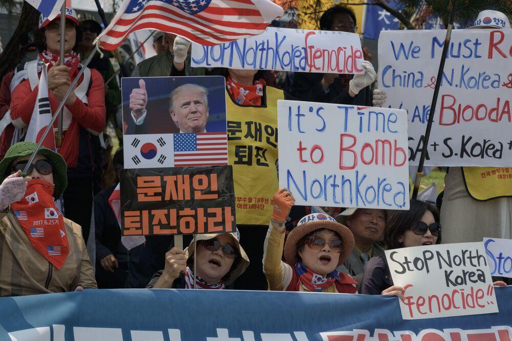 Przeciwnicy Korei Północnej na demonstracji w pobliżu punktu kontrolnego Tongil