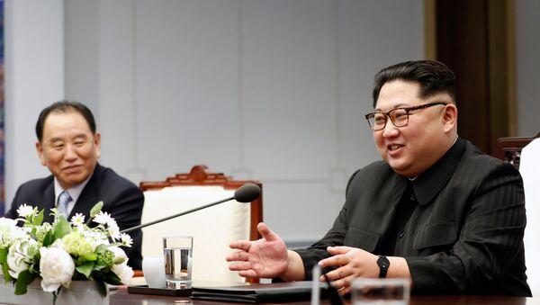 Przywódca KRLD Kim Dzong Un podczas międzykoreańskiego szczytu w wiosce Panmundżom w strefie zdemilitaryzowanej, która dzieli obie Koree - Sputnik Polska