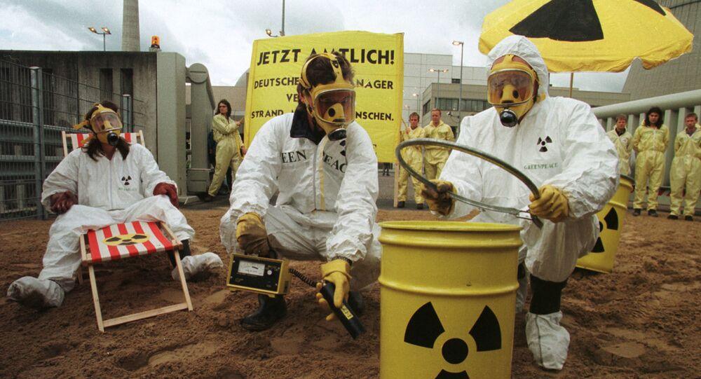 Aktywiści Greenpeace niedaleko elektrowni jądrowej w Lingen