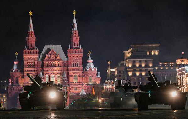 Czołgi na próbie parady wojskowej na Placu Czerwonym - Sputnik Polska