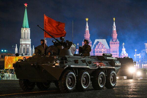 Transporter opancerzony BTR-82A podczas próby parady wojskowej na Placu Czerwonym - Sputnik Polska