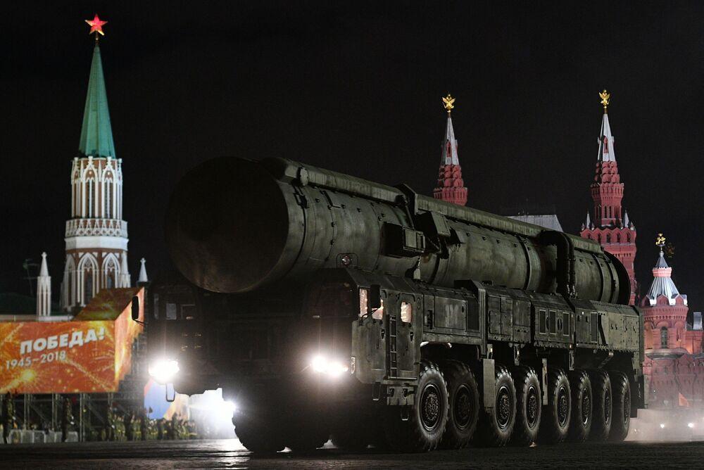 Mobilna wyrzutnia rakietowa RS-24 Jars podczas próby Parady Zwycięstwa na Placu Czerwonym