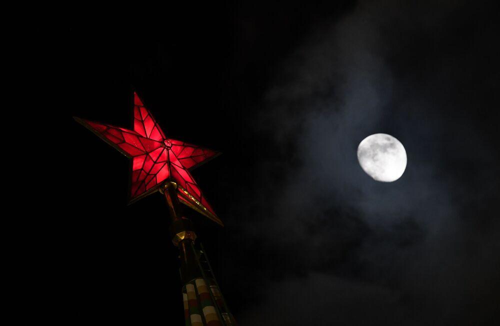 Gwiazda jednej z wieży Kremla na Placu Czerwonym