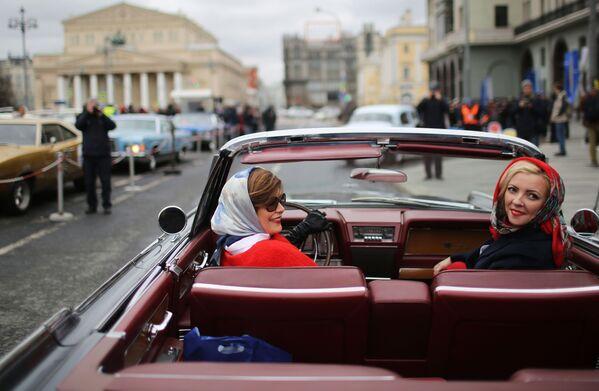 """Uczestniczki rajdu samochodów klasycznych """"Ingosstrakh Exclusive Classic Day,  startującego przy hotelu """"Metropol w Moskwie - Sputnik Polska"""