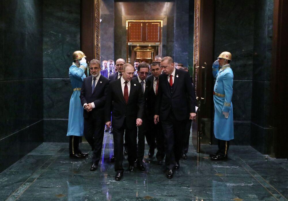 Prezydent  Federacji Rosyjskiej Władimir Putin z prezydentem Turcji Recepem Tayyipem Erdoganem podczas spotkania w pałacu prezydenckim w Ankarze