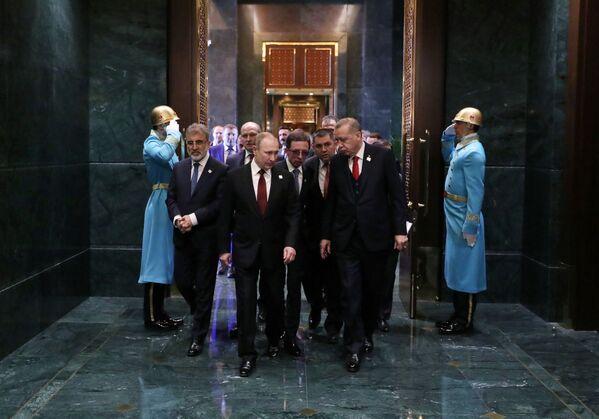 Prezydent  Federacji Rosyjskiej Władimir Putin z prezydentem Turcji Recepem Tayyipem Erdoganem podczas spotkania w pałacu prezydenckim w Ankarze - Sputnik Polska