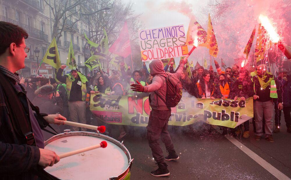 Manifestacja kolejarzy i studentów w pobliżu dworca kolejowego Gare de L'Est (Dworzec Wschodni) w Paryżu