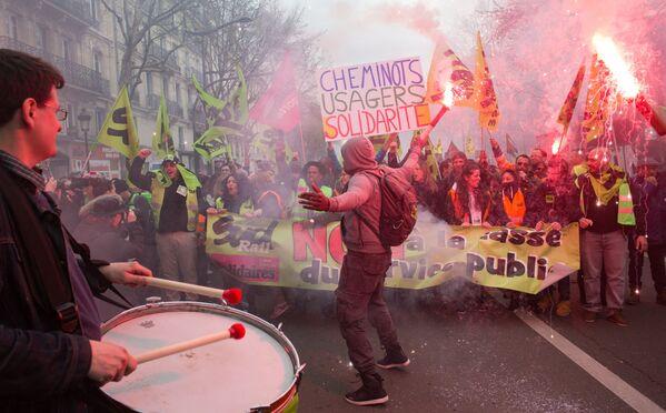 Manifestacja kolejarzy i studentów w pobliżu dworca kolejowego Gare de L'Est (Dworzec Wschodni) w Paryżu - Sputnik Polska