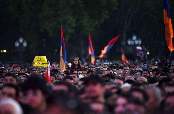 Zwolennicy opozycji podczas mitingu na Placu Republiki w Erywaniu - Sputnik Polska