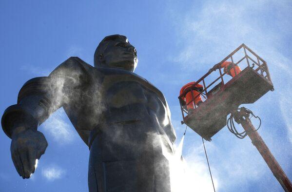 Mycie pomnika kosmonauty Jurija Gagarina w Moskwie - Sputnik Polska