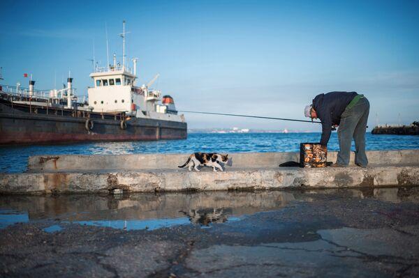 Mężczyzna łapie rybę na wybrzeżu mieście Kiercz - Sputnik Polska