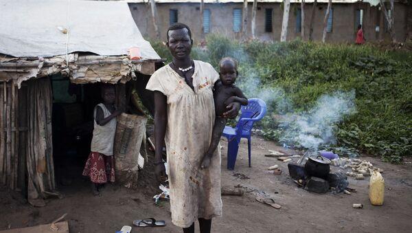 Kobieta z plemienia Mundari przed swoim domem na południu Sudanu - Sputnik Polska