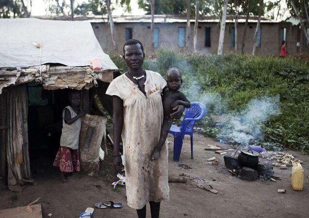 Kobieta z plemienia Mundari przed swoim domem na południu Sudanu