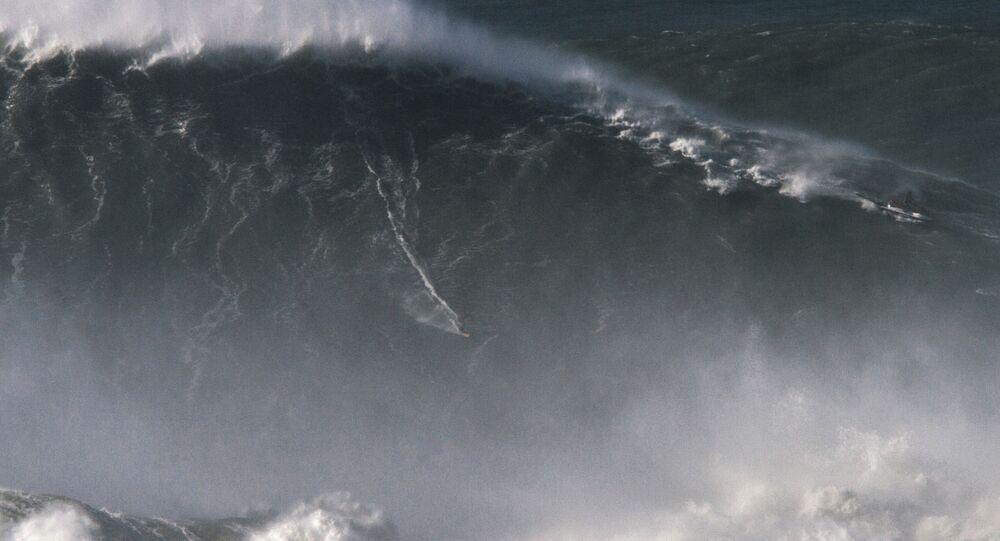 Brazylijski surfer Rodrigo Koxa ustanowił rekord świata, płynąc na prawie 25-metrowej fali