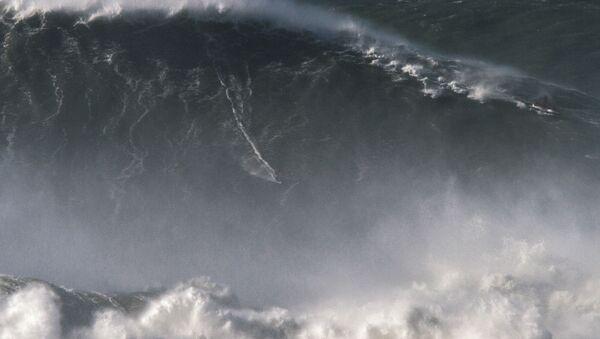 Brazylijski surfer Rodrigo Koxa ustanowił rekord świata, płynąc na prawie 25-metrowej fali - Sputnik Polska