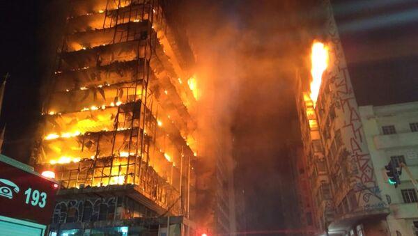 Płonący dom wielopiętrowy w centrum San Paulo - Sputnik Polska