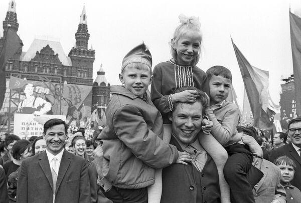 Uczestnicy uroczystości z okazji Święta Pracy. Moskwa, 1968 r. - Sputnik Polska