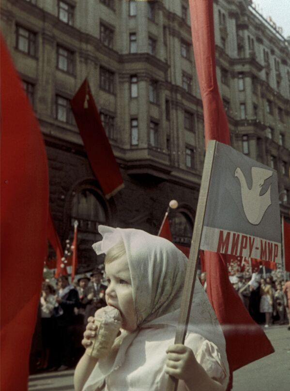 Dziecko je lody. Pierwszomajowa demonstracja, Moskwa, 1964 r. - Sputnik Polska