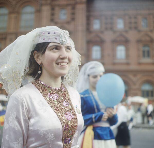 Uczestniczka pierwszomajowej demonstracji, uczennica szkoły nr. 492 w Moskwie, w tradycyjnym gruzińskim stroju. 1969 r. - Sputnik Polska