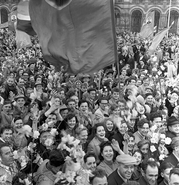 Uczestnicy pierwszomajowej demonstracji w Moskwie, 1960 r. - Sputnik Polska