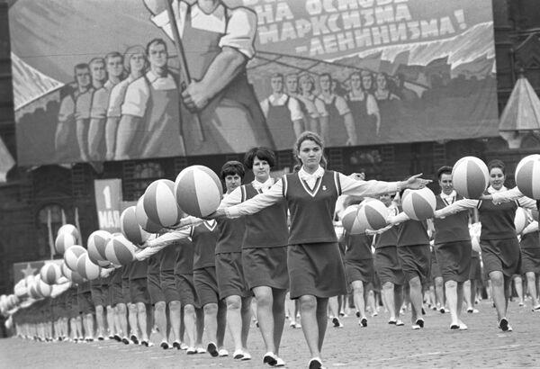 Kolumna sportowców na Placu Czerwonym. Święto pracy, 1 maja 1970 r. - Sputnik Polska
