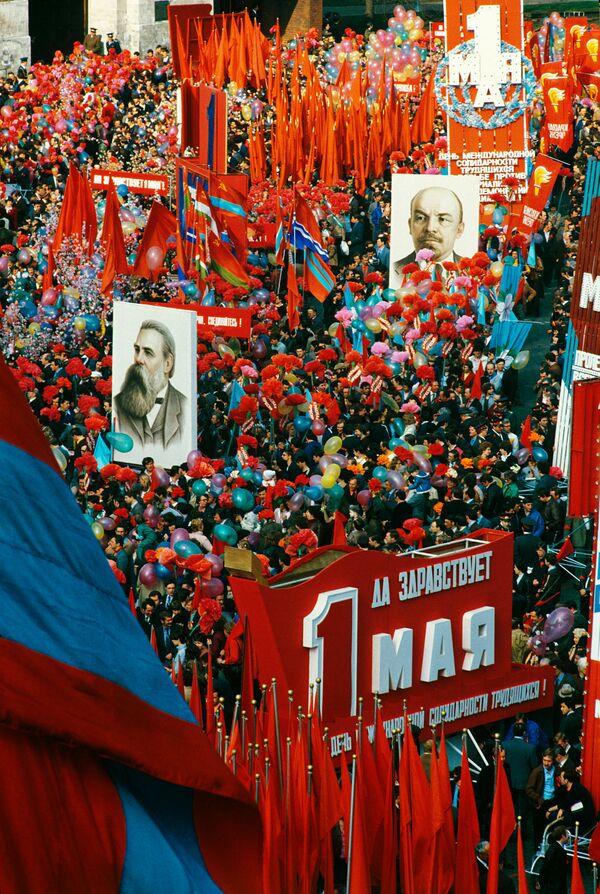 Kolumny demonstrantów na Placu Czerwonym, 1 maja 1984 r. - Sputnik Polska