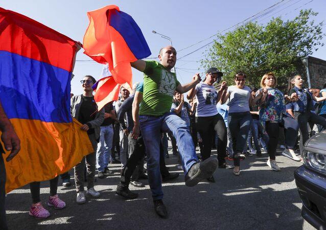 Zwolennicy ormiańskiej opozycji blokują drogę na lotnisko podczas protestów w Erywaniu