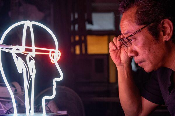 Specjalista od neonów Wu Chi-kai. Hongkong, Chiny - Sputnik Polska