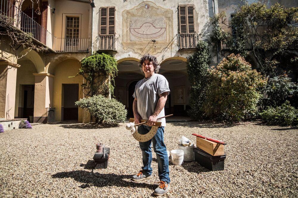 Fabio Garnero, jeden z ostatnich na świecie specjalistów od zegarów słonecznych. Turyn, Włochy