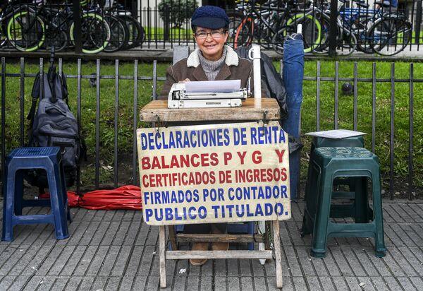 Uliczna urzędniczka Candelaria Pinilla (63 lat) przed rejonowym Urządem Skarbowym. Bogota, Kolumbia - Sputnik Polska