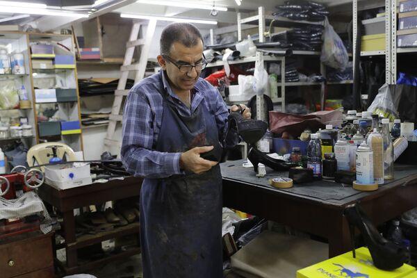 55-letni Joe Audi (Liban) zajmuje się naprawą obuwia w starej części miasta Dżunija - Sputnik Polska