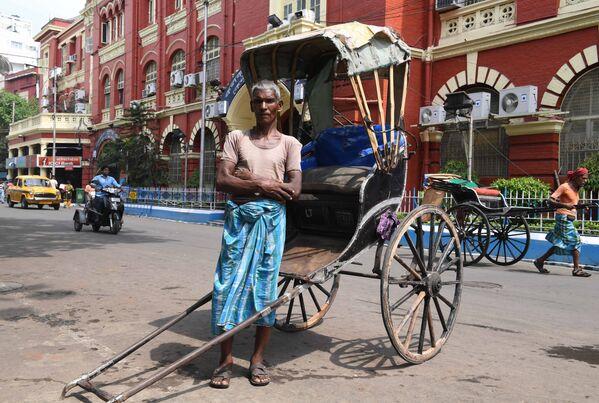 65-letni indyjski kierowca rikszy Mohammad Ashgar, Kolkata, Indie - Sputnik Polska