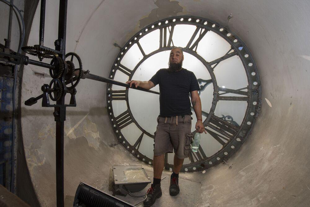 Mistrz od naprawy zegarów miejskich z Urugwaju Abdel Ghaffar