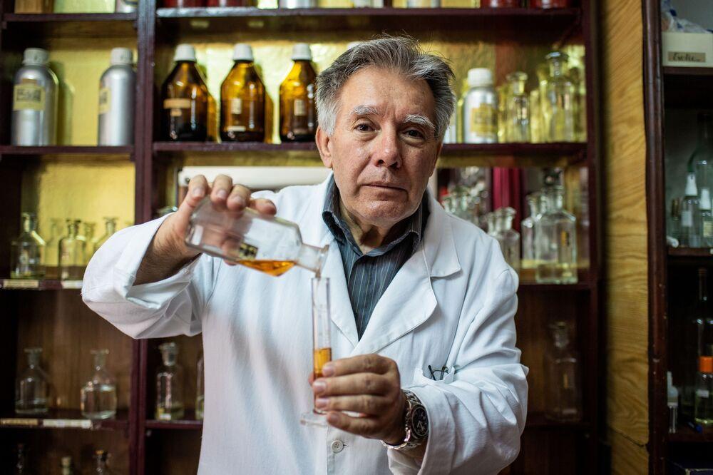 Perfumiarz Nenan Jovanov we własnym sklepie w Belgradzie, Serbia