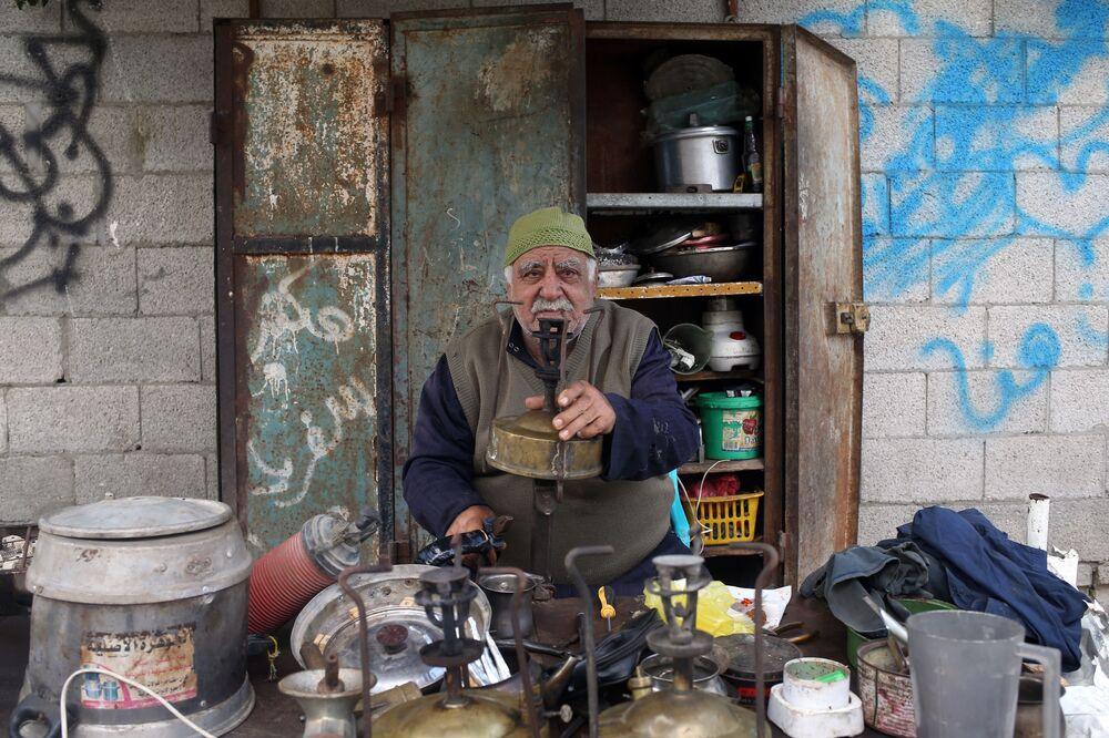 Jawdat al-Khour, specjalista do naprawy kuchenek na naftę. Gaza, Autonomia Palestyńska
