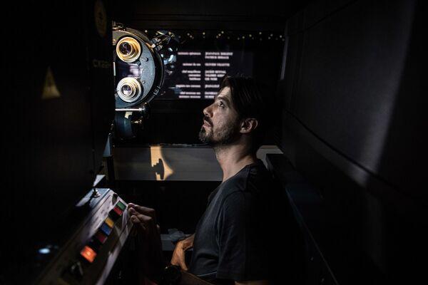 Kinooperator Benjamin Louis sprawdza wyświetlenie filmu analagowego w kinie Louxor. Paryż, Francja - Sputnik Polska