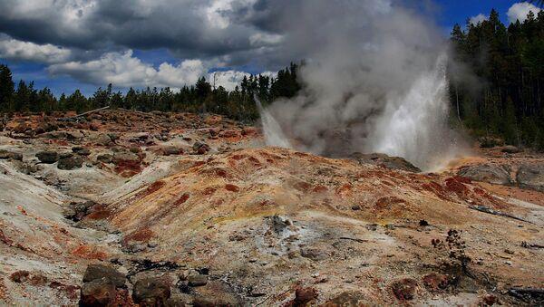 Gejzer Steamboat w międzynarodowym rezerwacie Yellowstone - Sputnik Polska