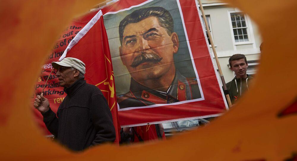 Portret Stalina na pierwszomajowym wiecu w Londynie