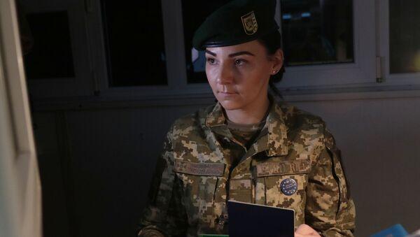 Pracowniczka Służby Granicznej Ukrainy na międzynarodowym przejściu granicznym na granicy ukraińsko-polskiej - Sputnik Polska