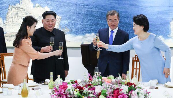 Lider Korei Północnej Kim Dzong Un z małżonką Ri Sol Ju i prezydent Korei Południowej  Moon Jae-in z małżonką Kim Jung-sook - Sputnik Polska