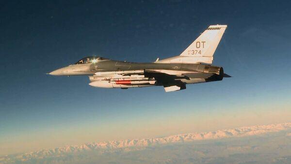 Amerykański myśliwiec F-16C z bombą lotniczą B61-12  - Sputnik Polska