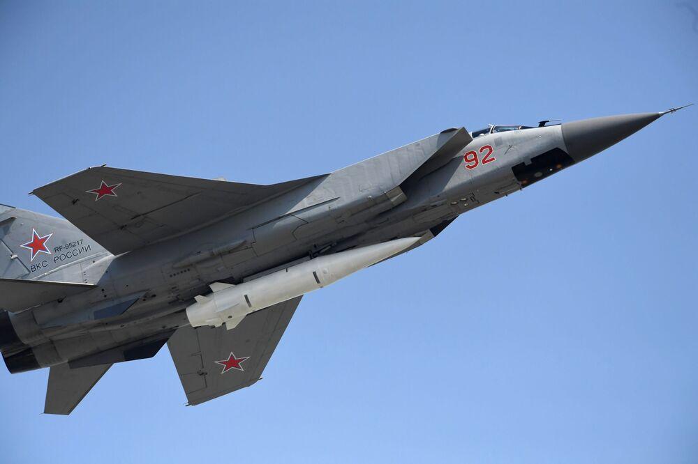 """Niszczyciel MiG-31K z najnowszym systemem rakietowym """"Kinżał"""" podczas próby przed Paradą Zwycięstwa"""
