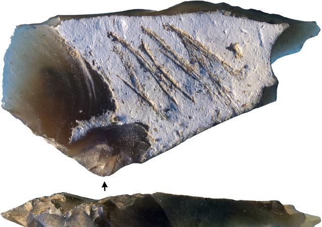 Grawerowanie na kamiennym narzędziu z epoki paleolitu znalezionym na neandertalskim obozowisku Kiik-Koba