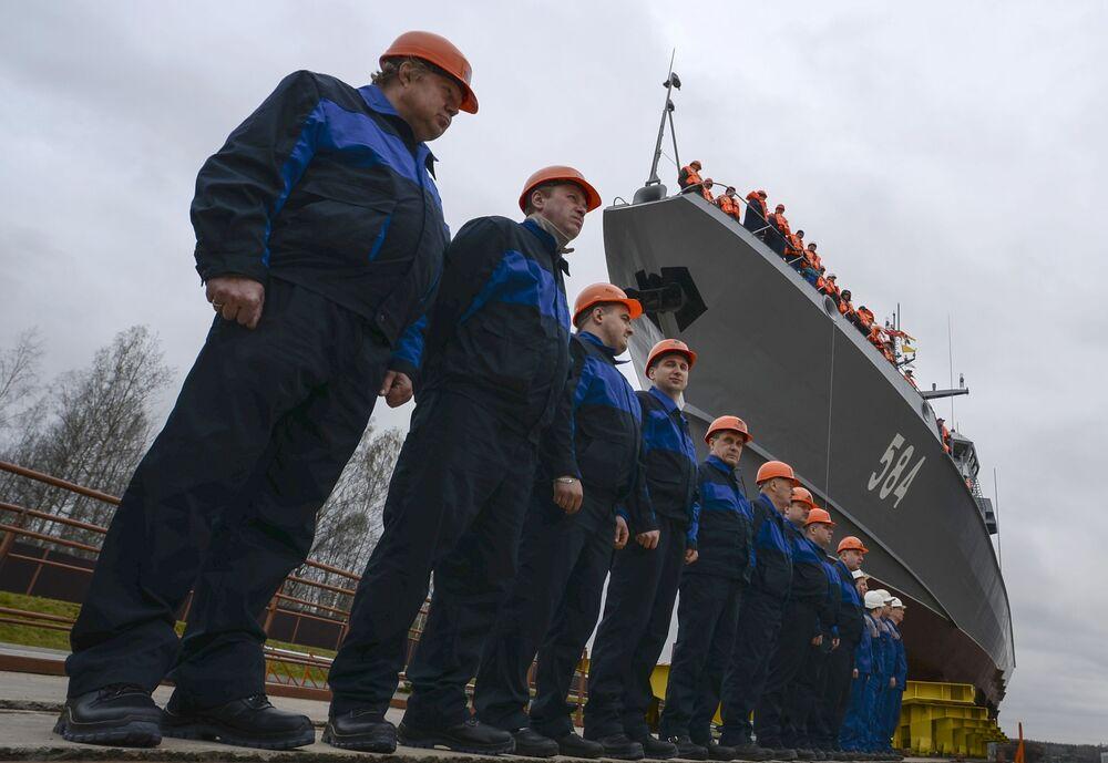 Pracownicy Leningradzkiej Stoczni Pella ustawili się na małym okręcie rakietowym Szkwał projektu 22800