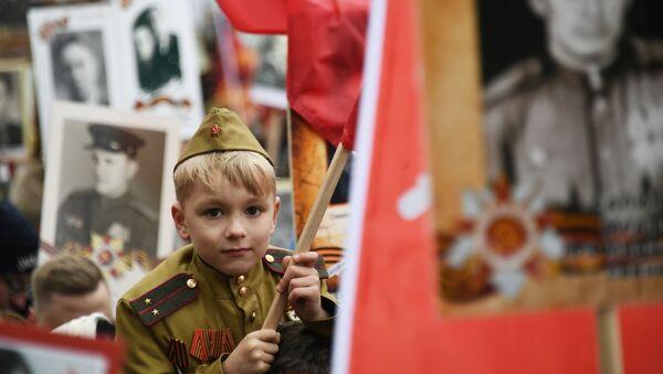 """Uczestnik akcji """"Nieśmiertelny Pułk"""" w Moskwie - Sputnik Polska"""