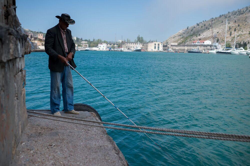 Mężczyzna lowi ryby. Bałakława, Krym