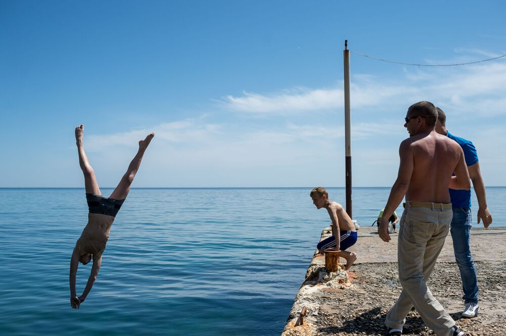 Urlopowicz skacze z molo do morza w Nowym Świecie