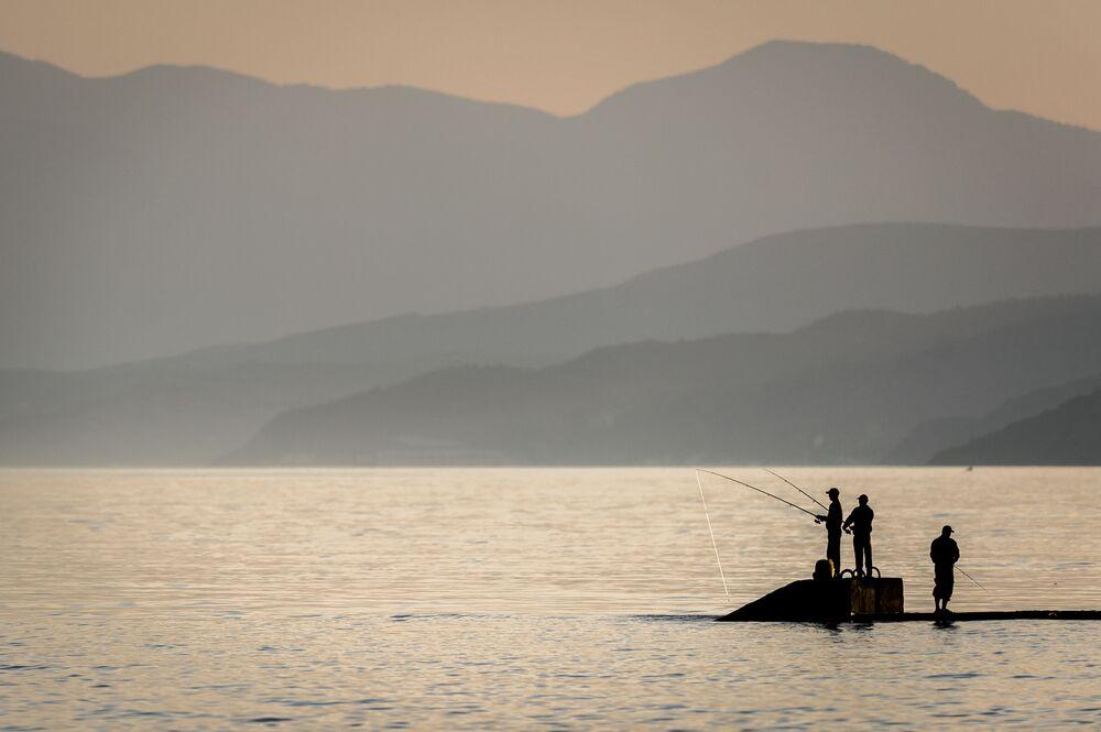 Wędkarstwo morskie w miasteczku Rybaczie na Krymie