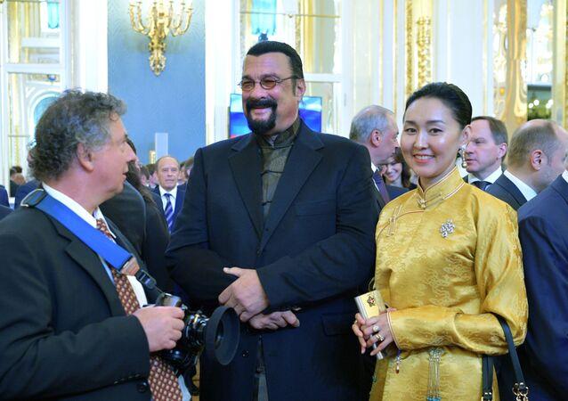 Amerykański aktor Steven Seagal z żoną przed ceremonią inauguracji prezydenta Rosji Władimira Putina w Wielkim Pałacu Kremlowskim
