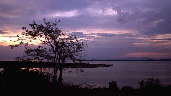 Zmierzch nad Jeziorem George niedaleko Parku Narodowego Królowej Elżbiety w Ugandzie - Sputnik Polska